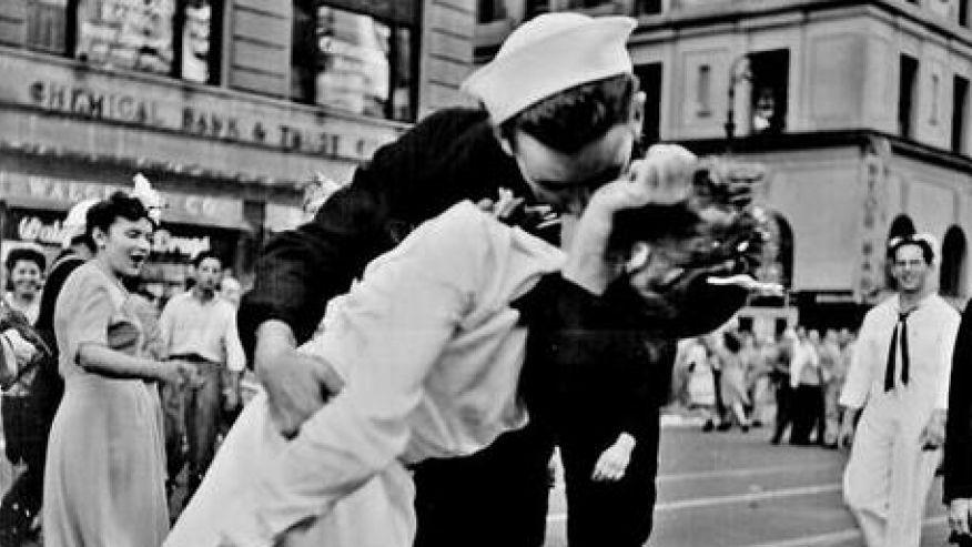 Пережить день поцелуев