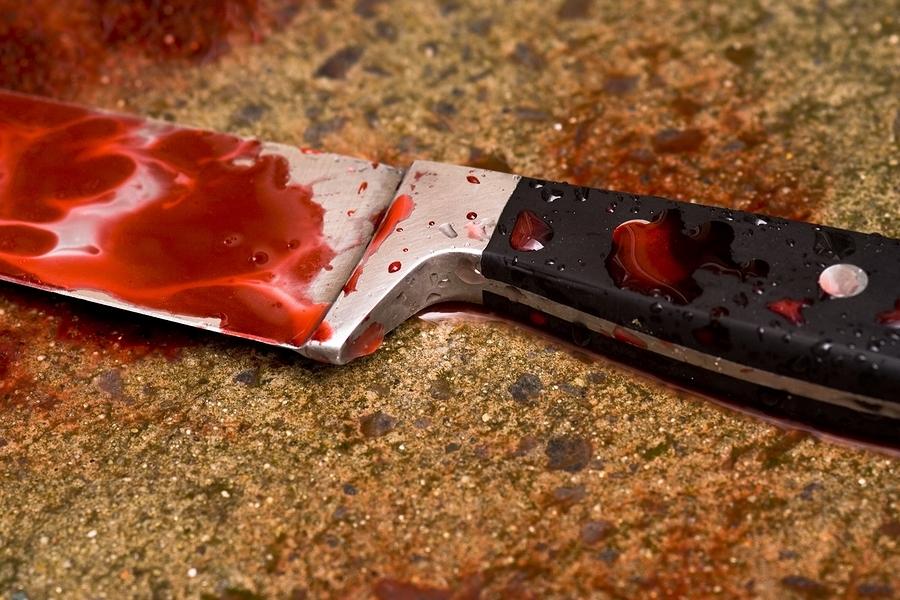 Женщина зарезала своего мужа, и скрылась, бросив тело в квартире