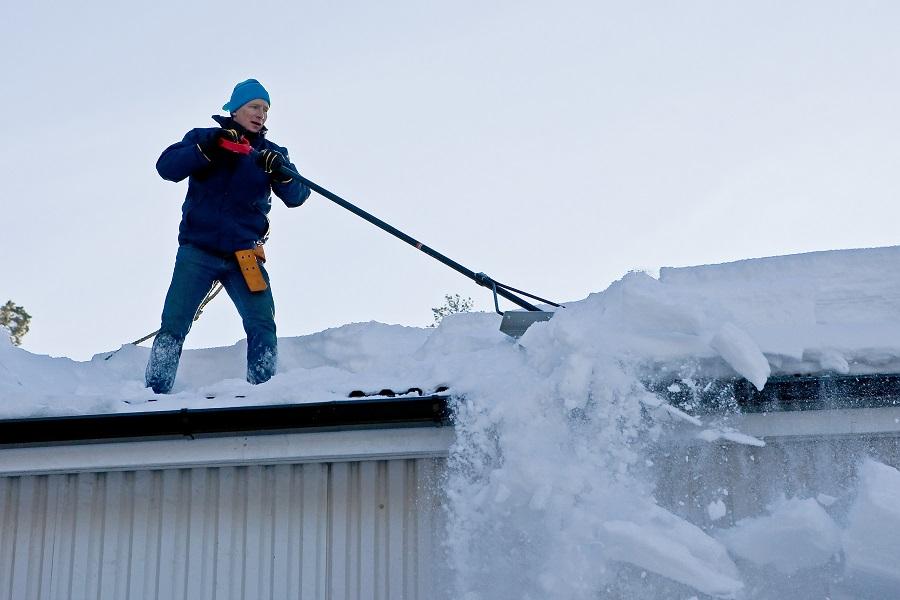 Рабочие скинули кусок льда на голову 93-х летнего ветерана ВОВ