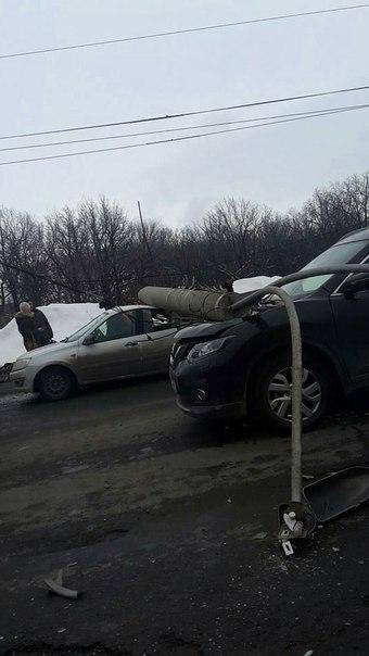 Столб, упавший на Московском шоссе, придавил три машины