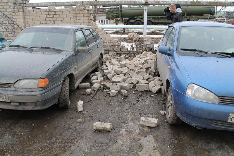 Сызранский забор оставил в завалах 2 автомобиля