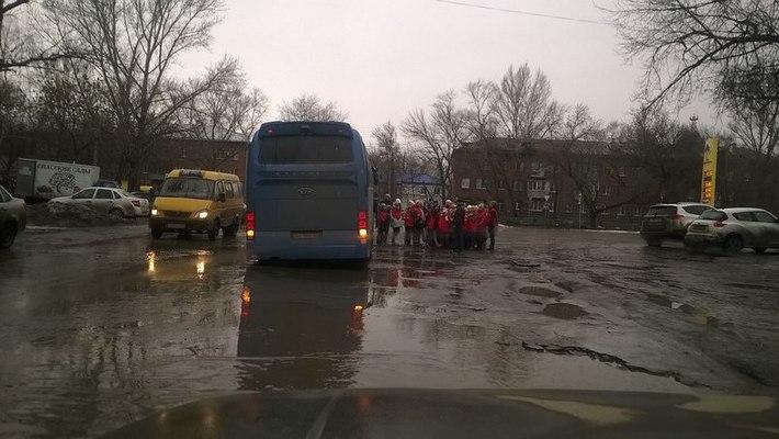 Автобус с детьми провалился в яму на дороге в Зубчаниновке