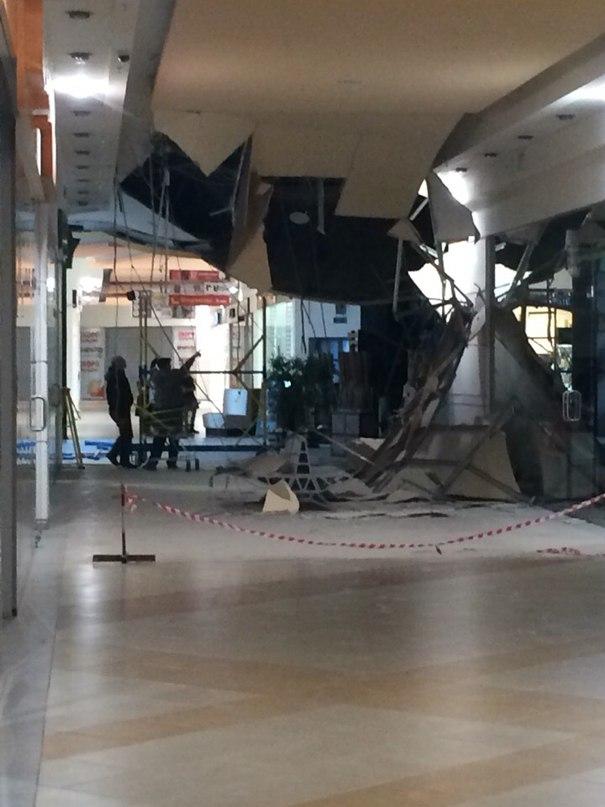 В ТЦ «Парк хаус» рухнул потолок: ФОТО пользователей соцсети