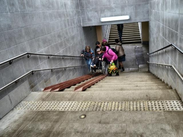 Вырваться на волю: колясочники не могут преодолеть новые подземные переходы