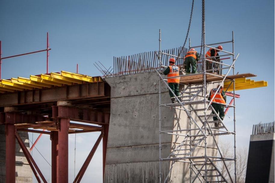 Процесс армирования ригеля опоры №7 моста через реку Самара