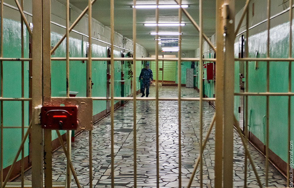 Сотрудник следственного изолятора продал длительное свидание за 30 тыс. рублей