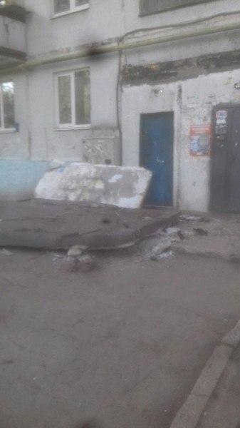 "ЧП на Металлурге: рухнул ""козырек"" подъезда"