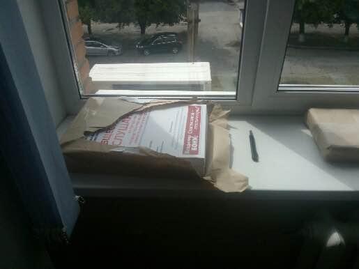 К. 306 листовки Бокка у окна (05.08.2016)