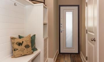 Входная дверь с зеркалом — это красиво и практично